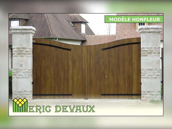 Portail bois avec armature métal en Normandie