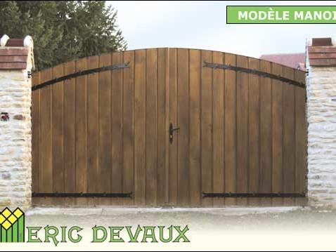 portail fabriqué sur mesure avec du bois et du fer pour manoir normand
