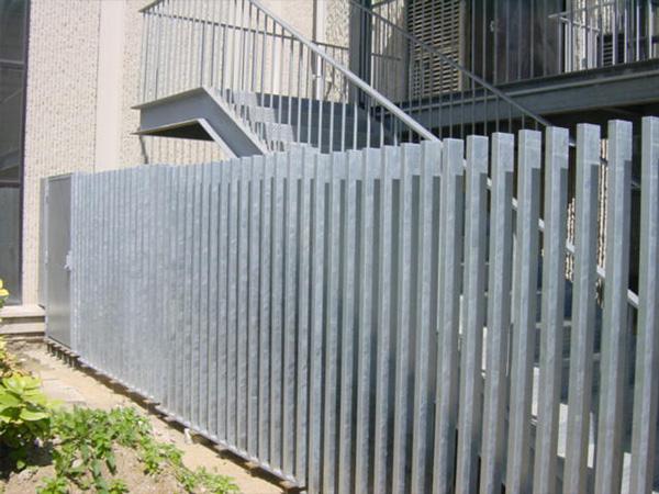 Clôtures métal sur mesure bâtiment en Normandie