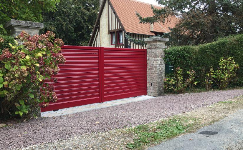 portail en alu de couleur rouge