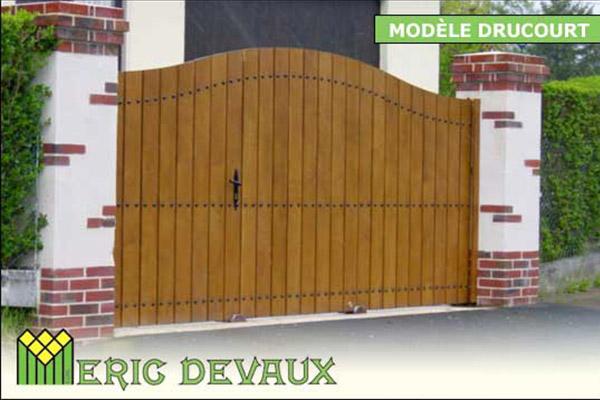 portail bois sur mesure, pose en Normandie